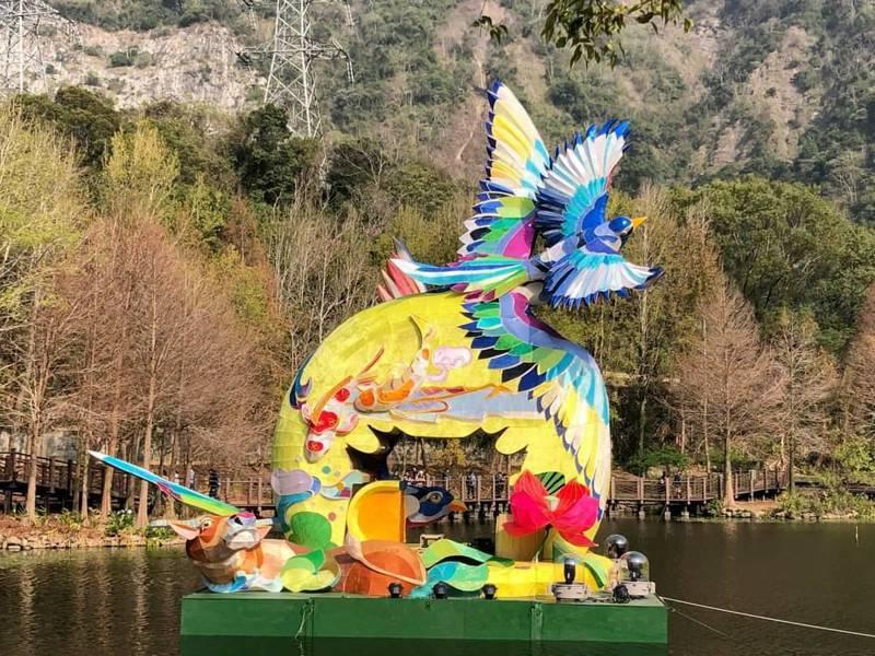 2021台灣燈會副燈「竹鵲松風迎春曦」,本周五起至3月7日,將在日月潭國家風景區車埕貯木池登場。圖/日管處提供