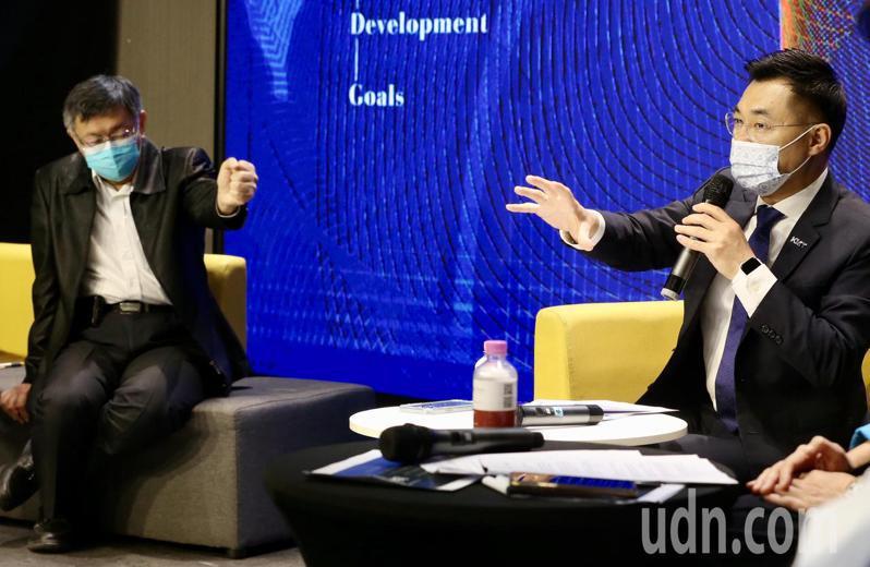 在黨內外部分人士反彈下,國民黨主席江啟臣(右)仍與民眾黨主席、台北市長柯文哲(左)一同出席國民黨智庫主辦的「願景臺灣2030」論壇,藍白暗中競合的進展受到外界關注。記者林俊良/攝影