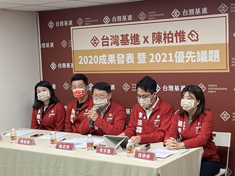 台灣基進立委陳柏惟(左二)表示,關於政績自己已經做很多了,不用多講。記者蔡晉宇/攝影