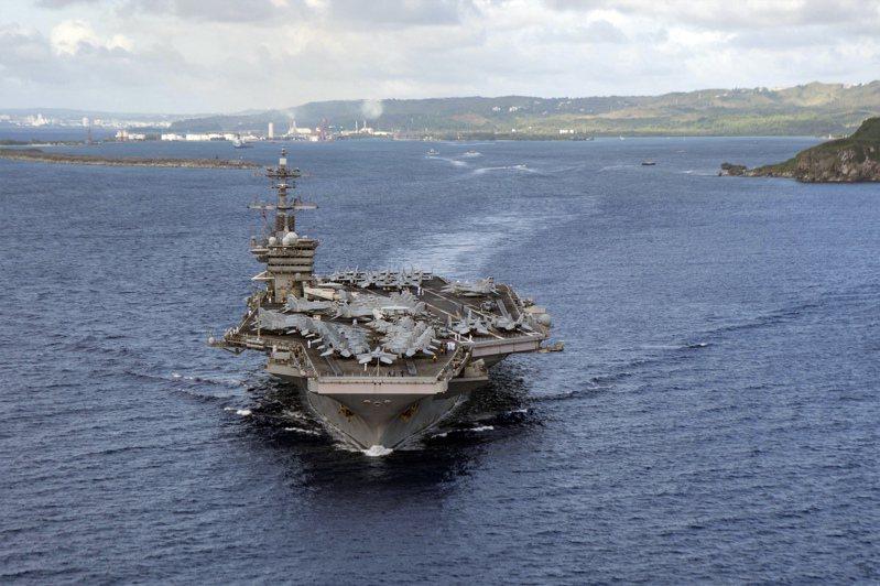 拜登執政後不到一個月,就派美軍「羅斯福號」航艦打擊群進入南海「執行例行任務」。圖為美國羅斯福號航艦。美聯社