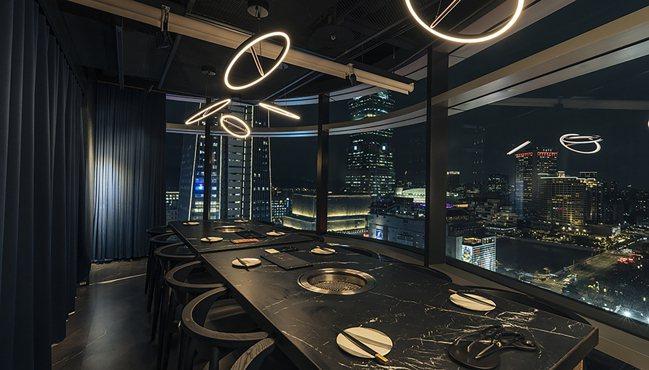 虎三同為目前全台最高的韓式烤肉店,包廂更坐擁信義區俯瞰美景。圖/虎三同提供