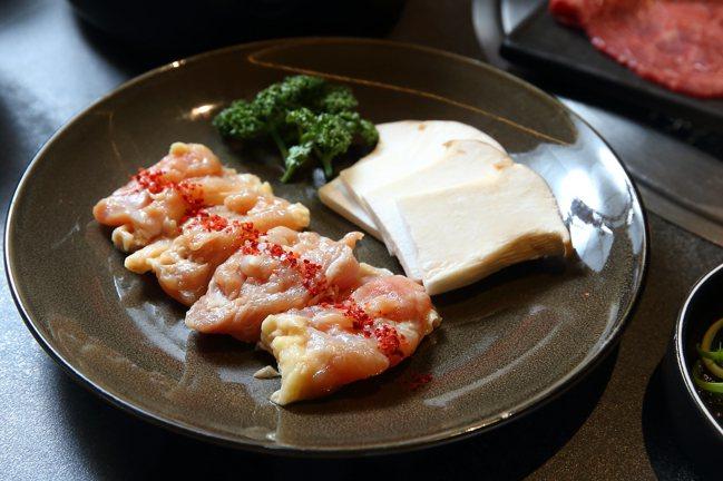 套餐中所搭配的江原蒜香雞。記者陳睿中/攝影