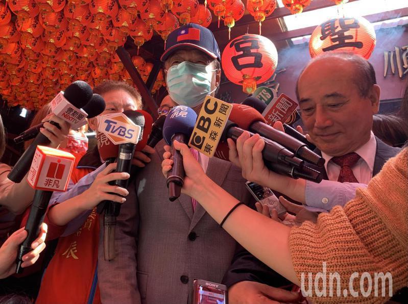 郭台銘面對記者提問是否要再角逐2024總統大選,語帶保留,轉頭說「這個問題要問院長啦」,不願正面回應。記者張睿廷/攝影