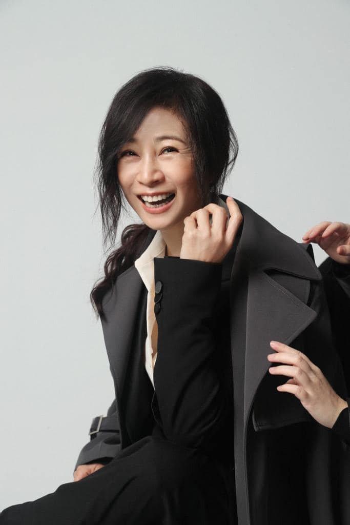 方文琳換上帥氣西裝拍攝宣傳照。圖/大創紅國際提供
