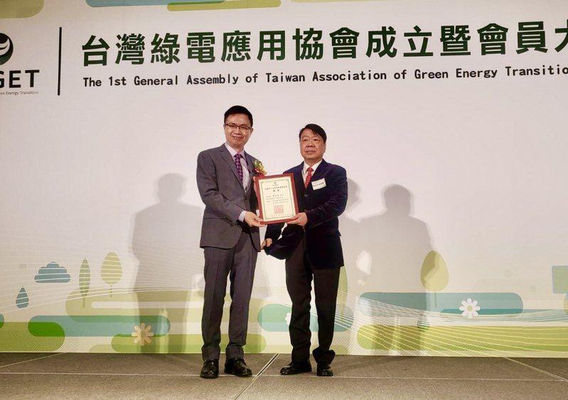 在貿協董事長黃志芳(左)見證下,友嘉集團總裁朱志洋(右)接任首屆理事長。記者宋健生/攝影