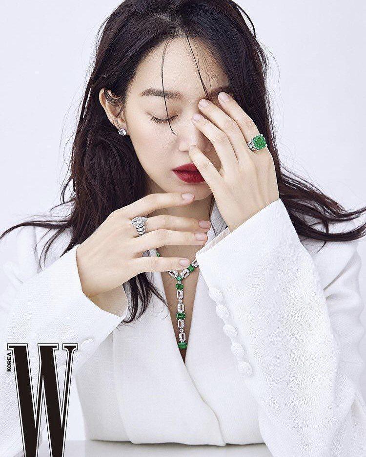 韓國女星申敏兒登韓國時尚雜誌演繹卡地亞高級珠寶。圖/取自申敏兒IG @illus...