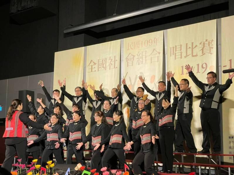新竹縣泰雅之聲合唱團日前參加全國社會組合唱比賽,勇奪混聲、樂齡兩組金質獎。圖/新竹縣政府提供