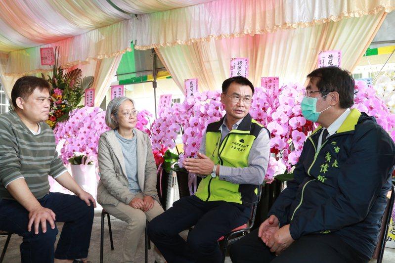 農委會主委陳吉仲(右二)、台南市長黃偉哲(右一)與崑濱伯兒子、女兒,詢問告別式事宜。圖/台南市政府提供
