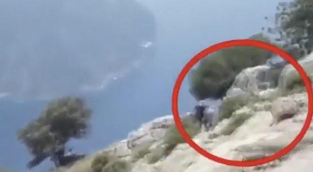 曝光的影片中,這對夫妻沿著危險的陡峭懸崖壁行走,可以看到哈坎牽著賽姆菈的手、爬上岩石,以便從更好的視角欣賞腳下的愛琴海,遊客聲稱「哈坎的行為很奇怪」才選擇將過程錄下。圖/Youtube/Schengen Story News