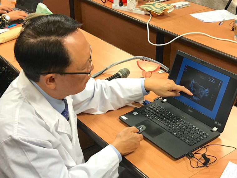 書田診所泌尿科主任醫師周固講解確診攝護腺癌個案。記者黃惠群/攝影