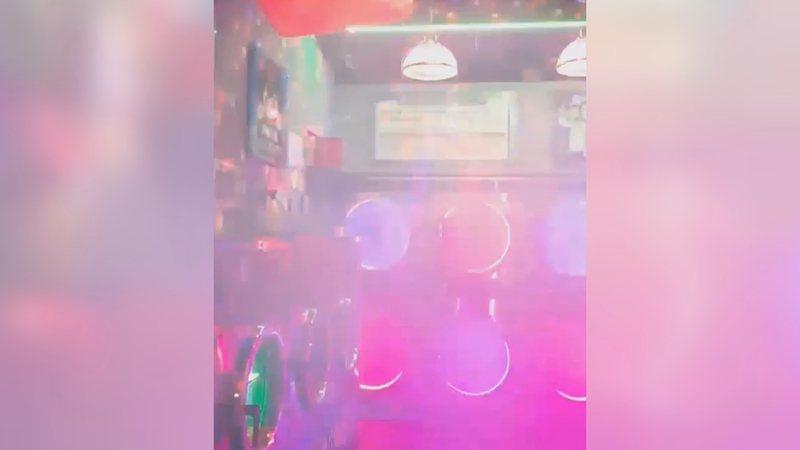 台北一間自助洗衣店,被打造成夜店風格。翻攝/黑色豪門企業
