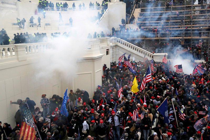 1月6日美國發生示威民眾硬闖國會事件,造成多人死傷。路透