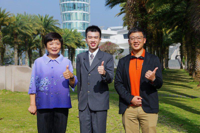 南投縣私立普台高中校長林秋惠校長(左起)、滿級分學生林均翰和班導師連傑開心合影。圖/普台高中提供