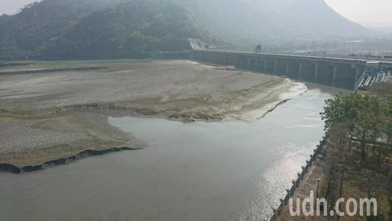 集集攔河堰是彰化、雲林的重要河川水源,目前面臨一期稻作供灌後的低水期。記者黑中亮/攝影
