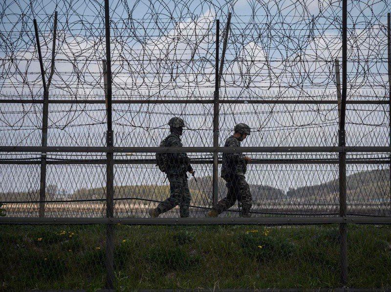 南韓16日發生脫北者「散步歸順」事件,負責該處陸海邊境警備的南韓陸軍第22步兵師紀錄不良,曾鬧出「敲門歸順」與「鐵柵欄歸順」事件。資料畫面。法新社