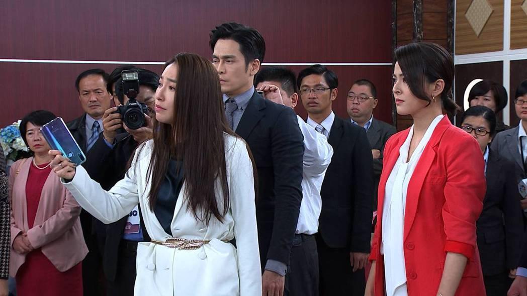 張家瑋飾演的李文真(左)揭發丈夫的罪行。圖/民視提供