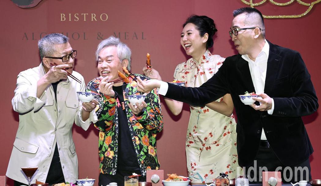 楊光友(左起)、康康、洪曉蕾及王世均連袂出席餐廳開幕活動,康康起鬨要求曾是夫妻的...