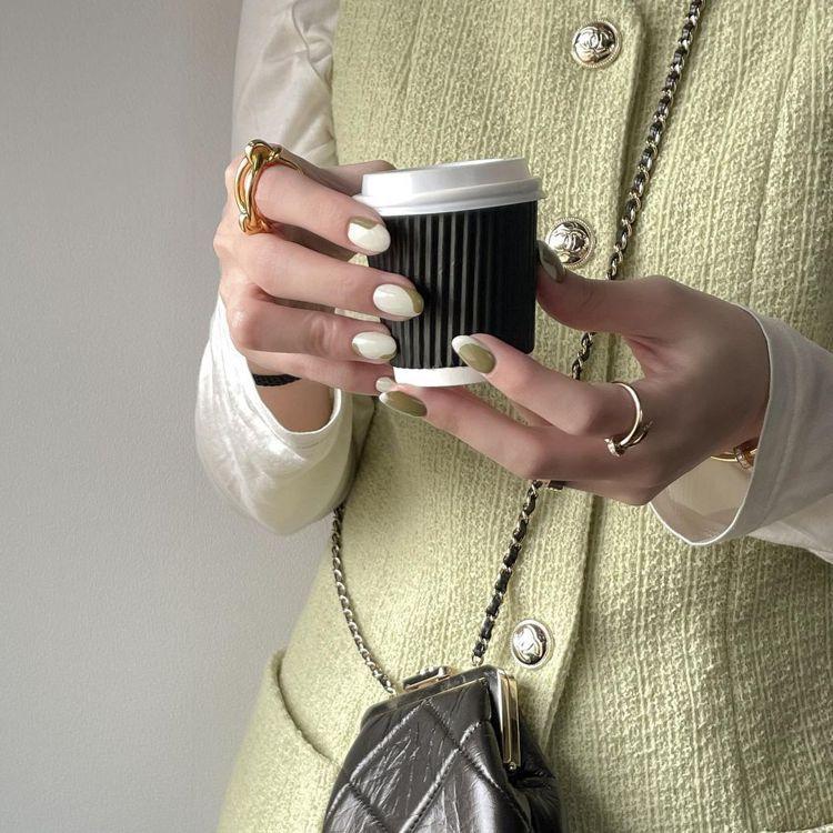 時尚KOL徐琁曬出香奈兒度假系列黑色菱格紋皮革鍊帶小包穿搭照。圖/摘自cos55...