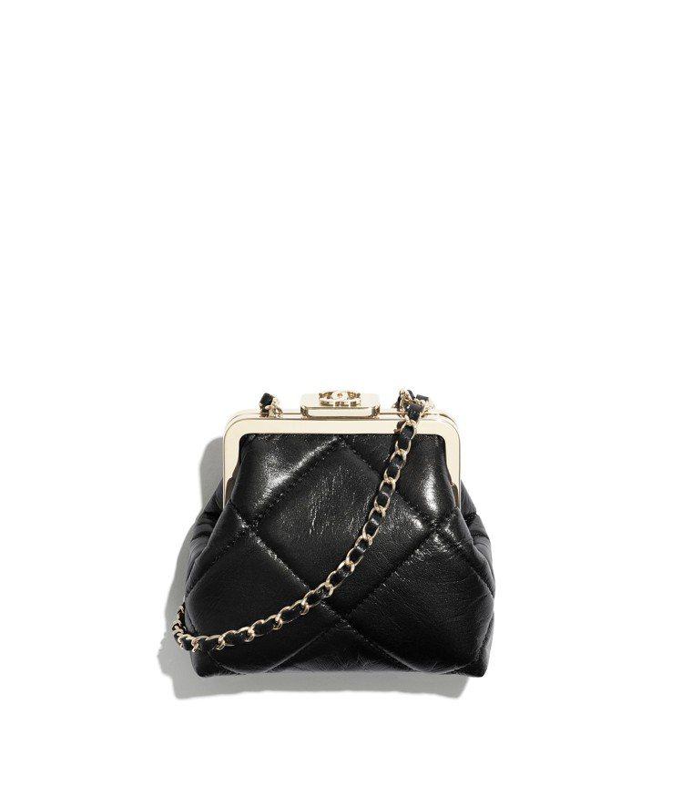 黑色菱格紋皮革鍊帶小包,63,800元。圖/香奈兒提供