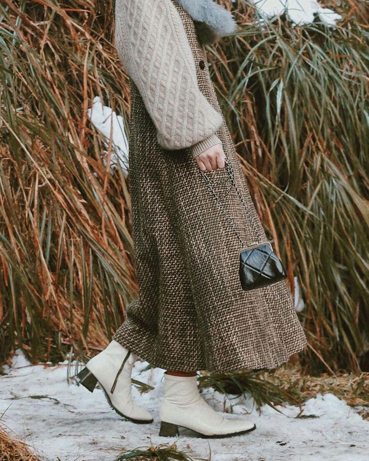 時尚KOL桃樂絲曬出香奈兒度假系列黑色菱格紋皮革鍊帶小包穿搭照。圖/摘自doro...