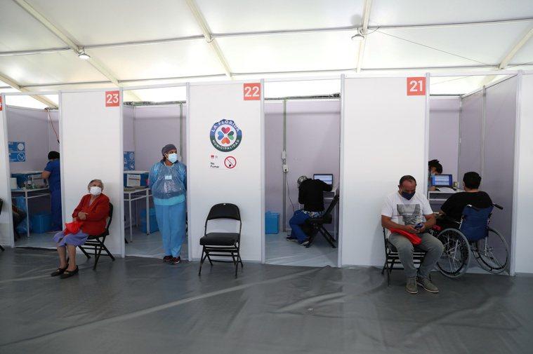 智利的新冠疫苗人均接種率,在全球名列前茅。圖為首都聖地牙哥市附近拉佛羅里達市的疫...