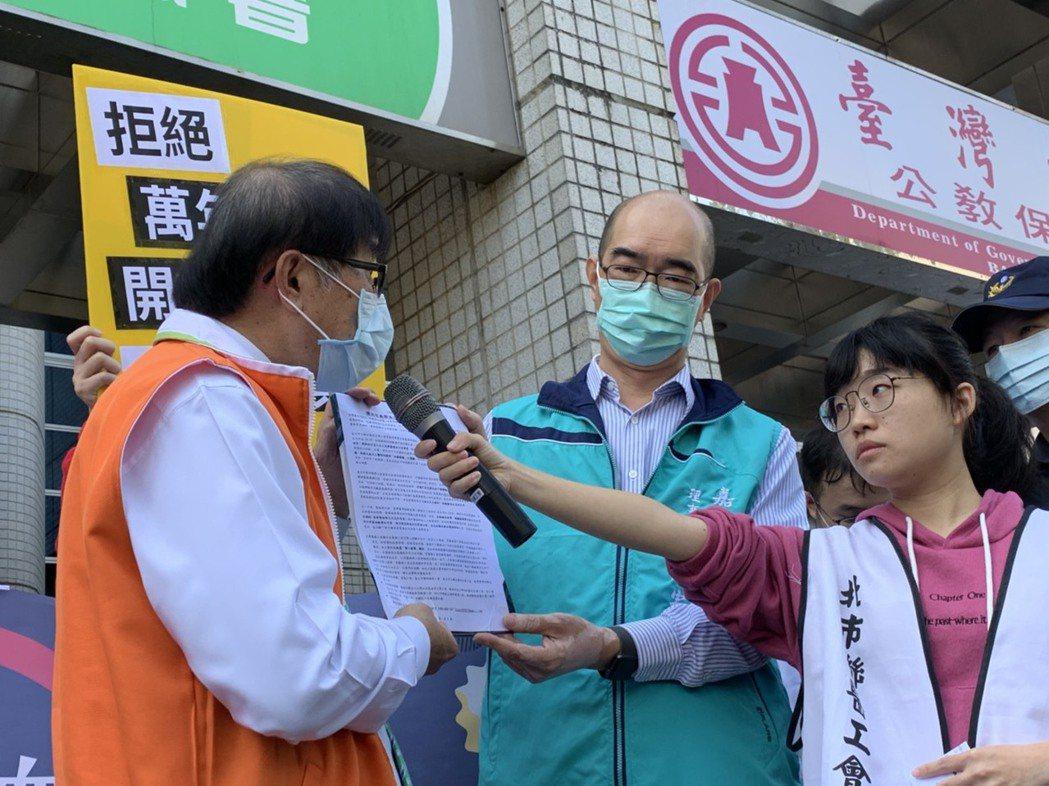 健保署長李伯璋(左一)今接下醫療工會的陳情。記者陳雨鑫/攝影