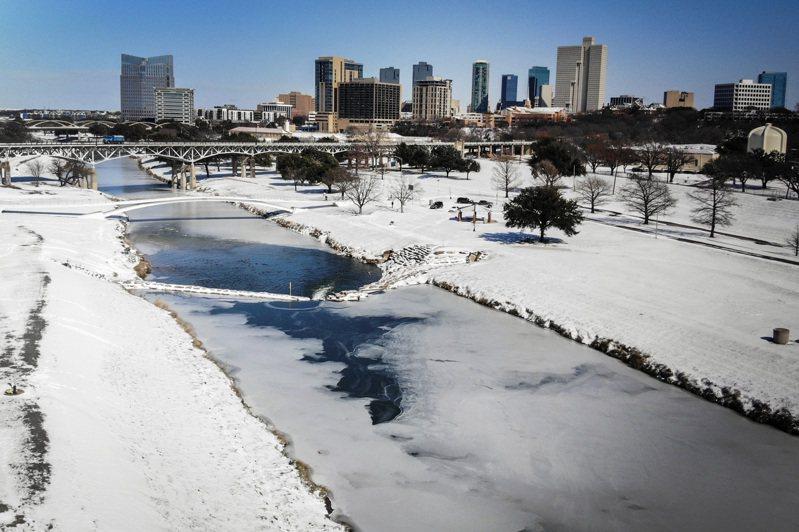 上周強烈寒流襲擊德州,冰封大斷電。美聯社