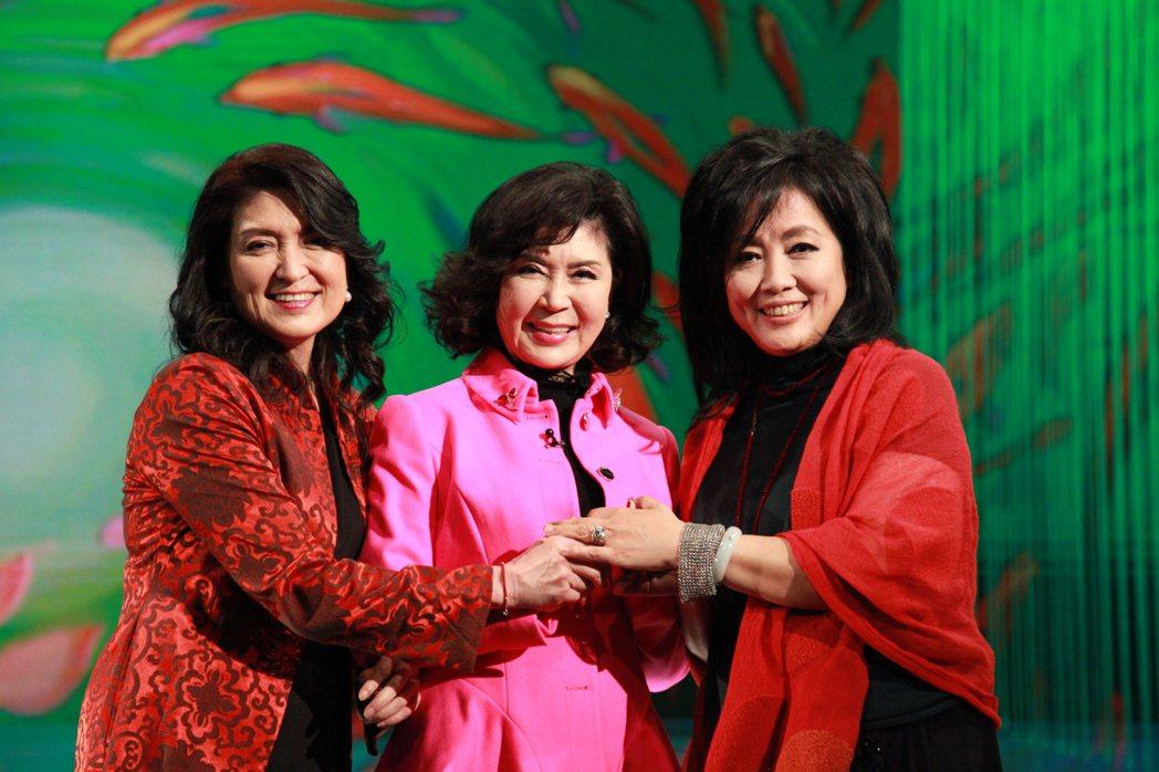 白嘉莉(中)、白菲比姐妹接受齊豫(右)主持的「點燈人生好風景」節目訪問。圖/大愛
