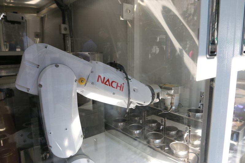 致理科大與馳網科技合作在校園推出智慧茶飲機。圖/致理科大提供