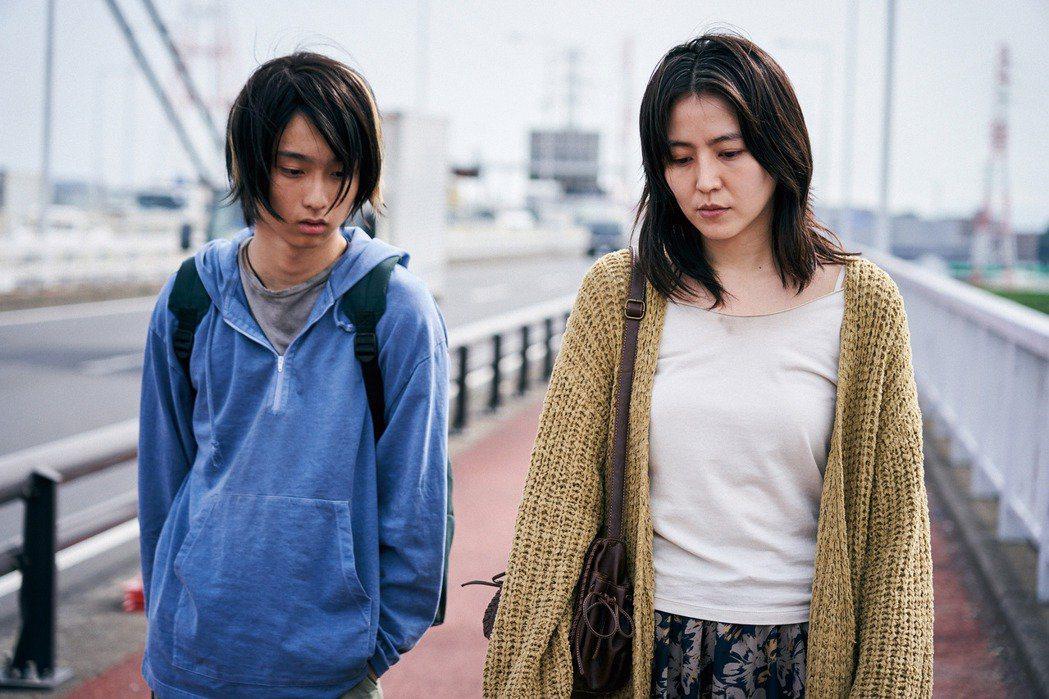 長澤雅美(右)以「母子情劫」連莊拿下藍絲帶影后,演她兒子的演員奧平大兼(左)也拿...