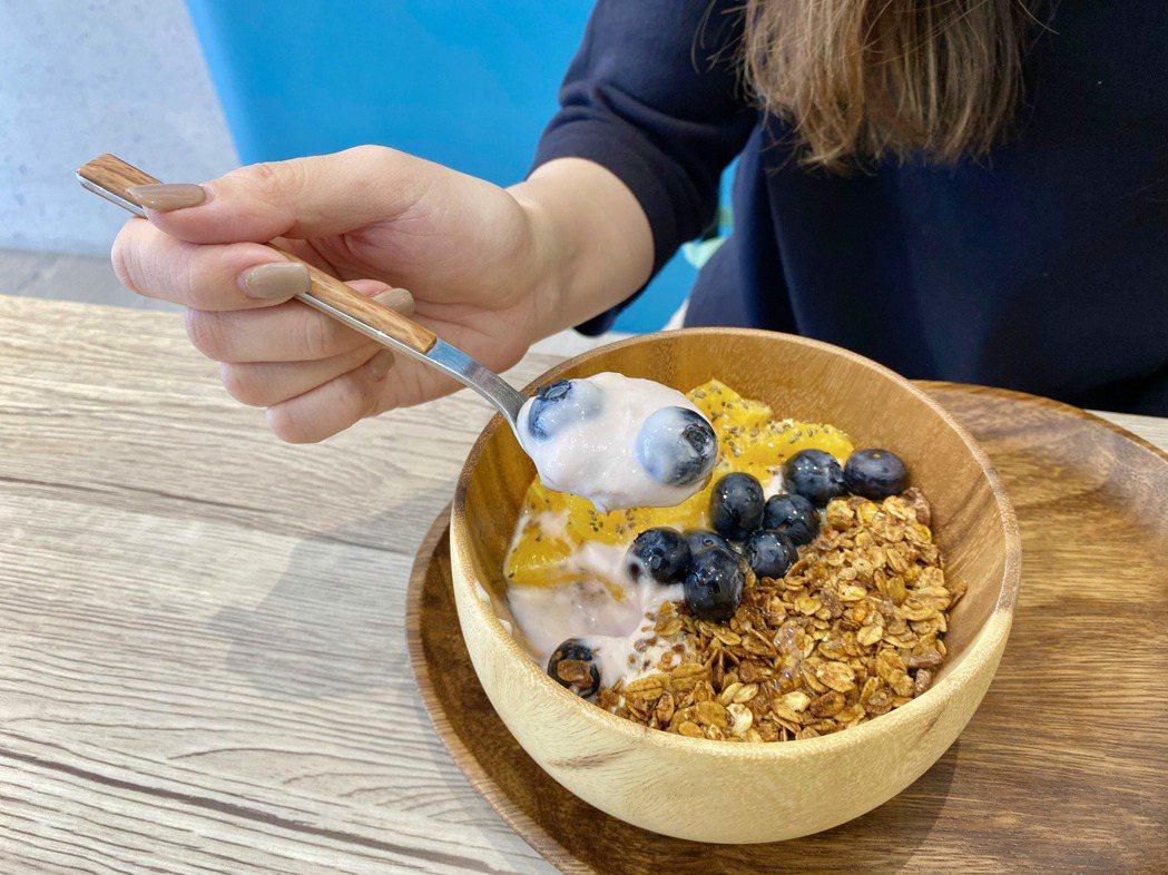 來自天然水果的酸甜味,豐富無糖優格的口感,顛覆傳統的無糖優格印象。記者宋健生/攝...