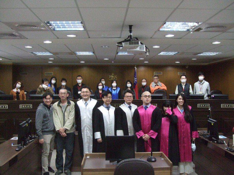 模擬法庭當事人合影。圖/台北地院提供