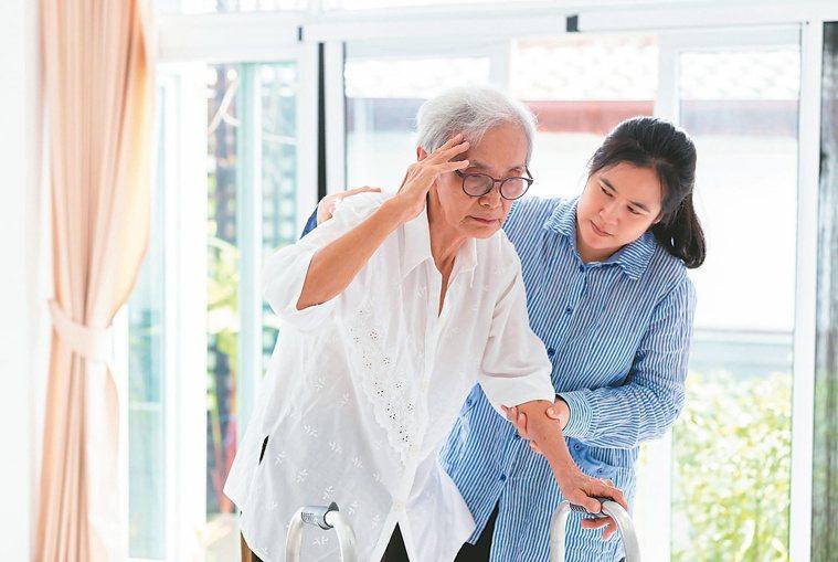 若是長期有頭暈合併某些症狀,應盡速就醫檢查。圖╱123RF