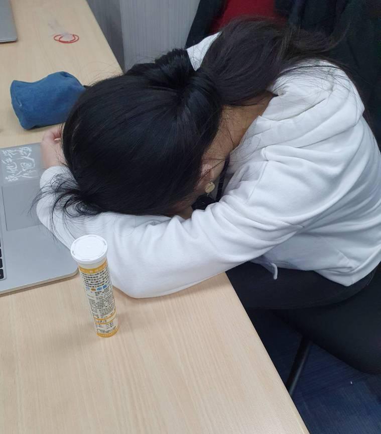 如果打開書本就想睡覺、上課上到一半就無預警睡著,小心可能罹患「猝睡症」。記者楊雅...