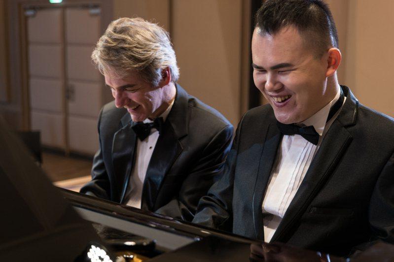 美籍鋼琴教授范德騰(左起)與視障鋼琴家許哲誠舉辦「聲聲不息」雙鋼琴說唱音樂會。圖/聯合數位文創提供