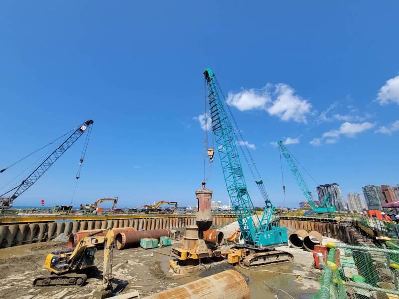 淡江大橋預計在2024年底完工通車,將連接淡水八里地區,紓解關渡大橋交通量,公路總局昨進行主橋塔首支基樁打設。記者江婉儀/攝影