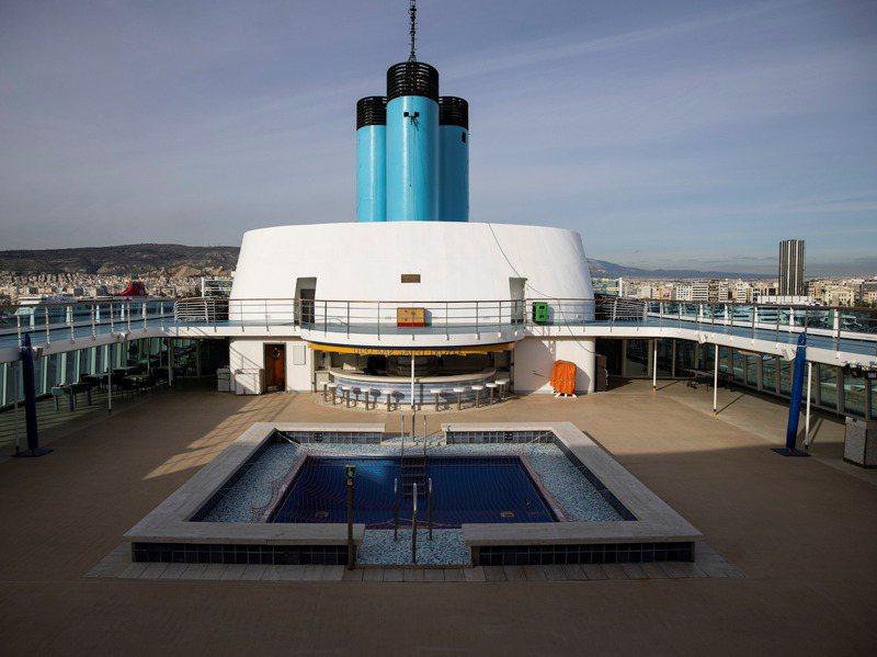 郵輪是疫情下的重災戶,圖為停泊在希臘比雷埃夫斯港的「星瀚體驗號」郵輪上的游泳池。路透
