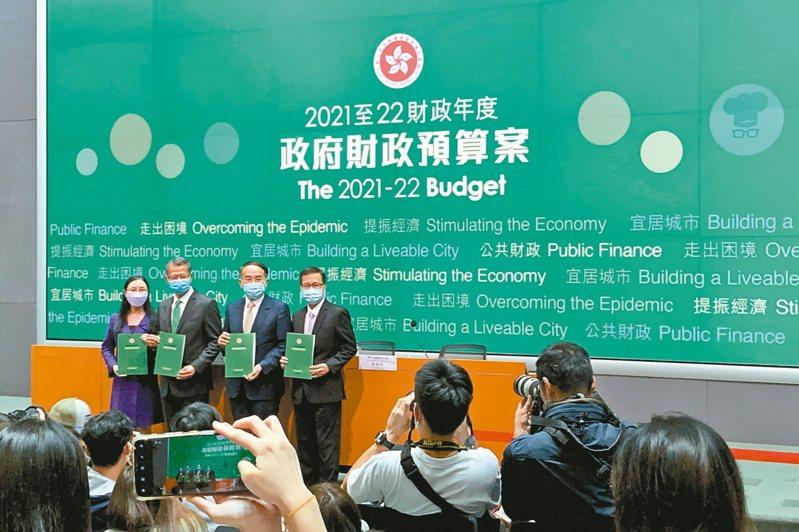 港府財政司司長陳茂波(左二)昨提出新的財政預算案,首列國安開支八十億港元。 路透