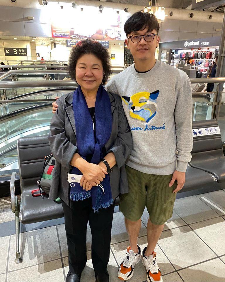 焦糖哥哥(右)和陳菊巧遇合照。圖取自焦糖哥哥臉書