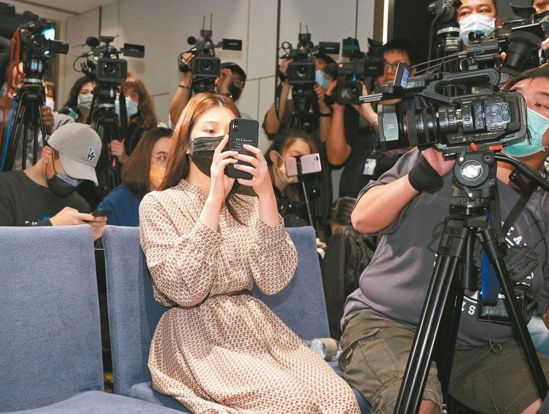 圖為雞排妹現身翁立友記者會情形。聯合報記者潘俊宏/攝影