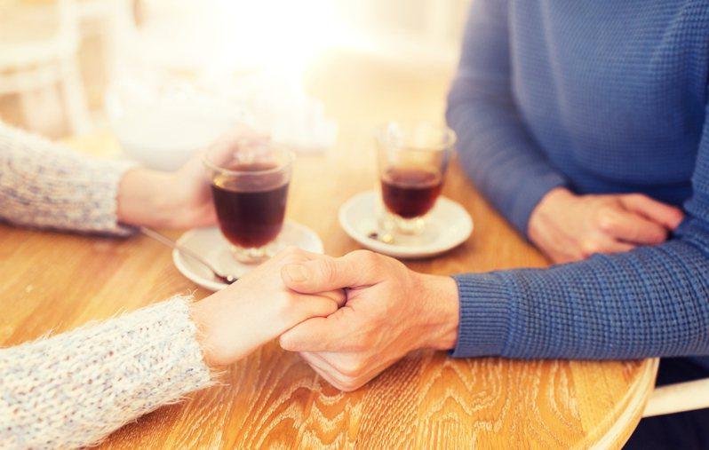 一名英國女子日前在網路上透露,想約會的對象只想跟大很多歲的女子交往,這讓她不知對方到底是真心喜歡,還是純粹是年齡因素。圖為示意圖。圖片來源/ingimage