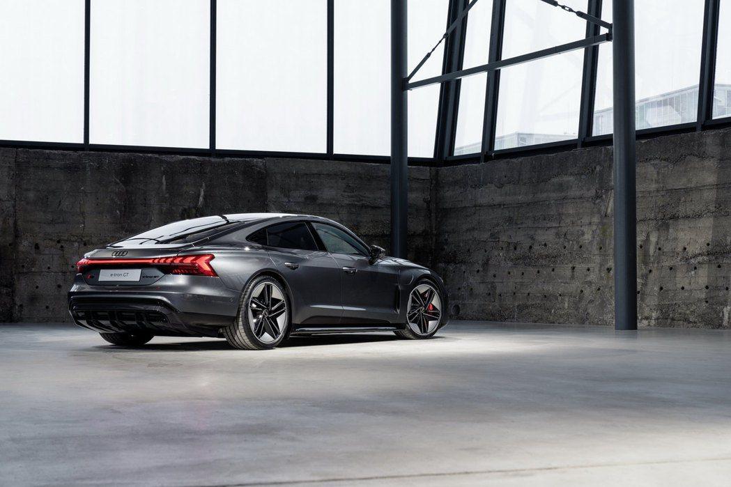 Audi e-tron GT車身尺碼為車長4,990mm、車寬1,960mm、車...