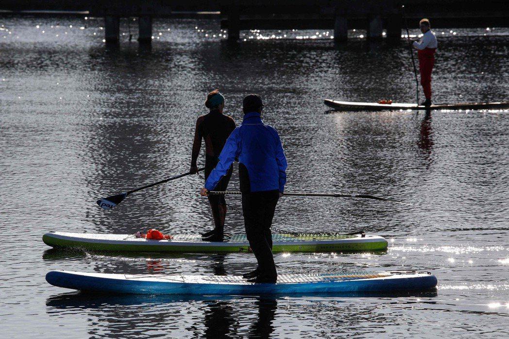 獨木舟與立式划槳(SUP)是近幾年非常盛行的水上戶外活動。 圖/法新社