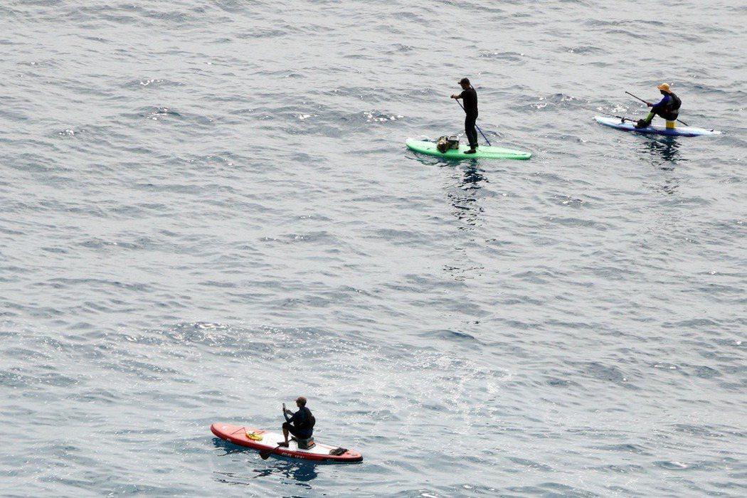 獨木舟與SUP都不是太輕鬆的水上活動,至少都會在水面上待兩到三個小時,如果業者沒有多餘人力做後勤支援,即使遊客身體不舒服也無法提前上岸。 圖/聯合報系資料照