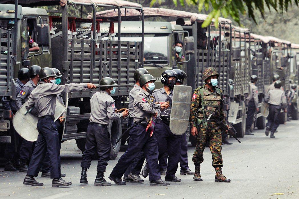 圖為2月20日緬甸中部大城曼德勒,軍警出動鎮壓反軍政府的示威行動。 圖/路透社