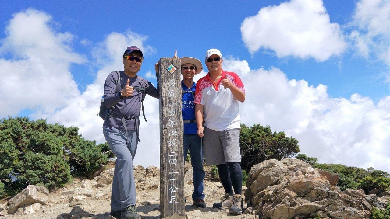 卸下英業達總經理的工作,王智誠(左)在EMBA結識了一群好友,開始不同退休人生。...