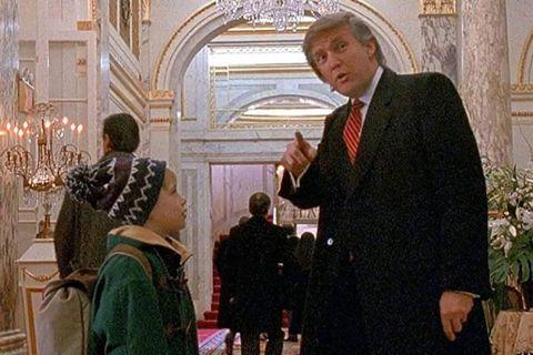 在《小鬼當家2》中,與家人走散的凱文來到廣場飯店,巧遇當時擁有飯店的大亨川普(D...