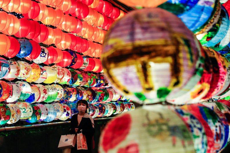 明天是農曆正月十五,也是俗稱的元宵節。圖為台北商圈街景。 歐新社