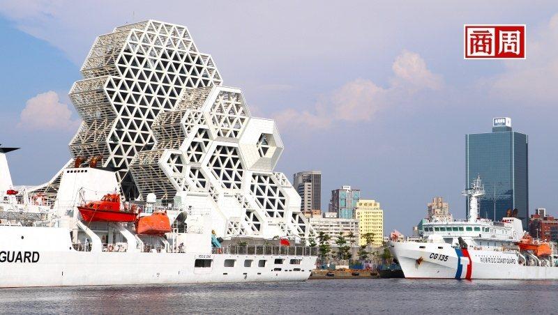 高雄流行音樂中心的設計配合港都景觀,讓人有如進入充滿珊瑚礁、浪花的海洋世界。(攝影者.李清志)