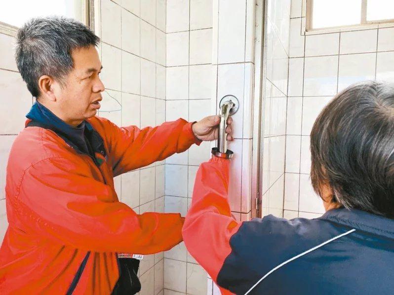 陳泰郎(左)為老人裝安全把手行善,也教導如何使用。  圖/施鴻基 攝影